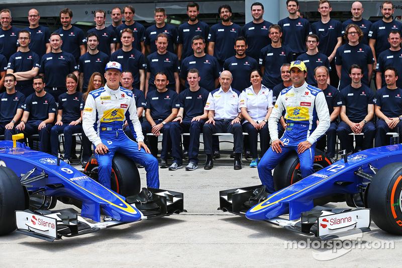 马库斯·埃里克森, 索伯车队,和队友费利佩·纳萨,参加索伯车队的车队合影