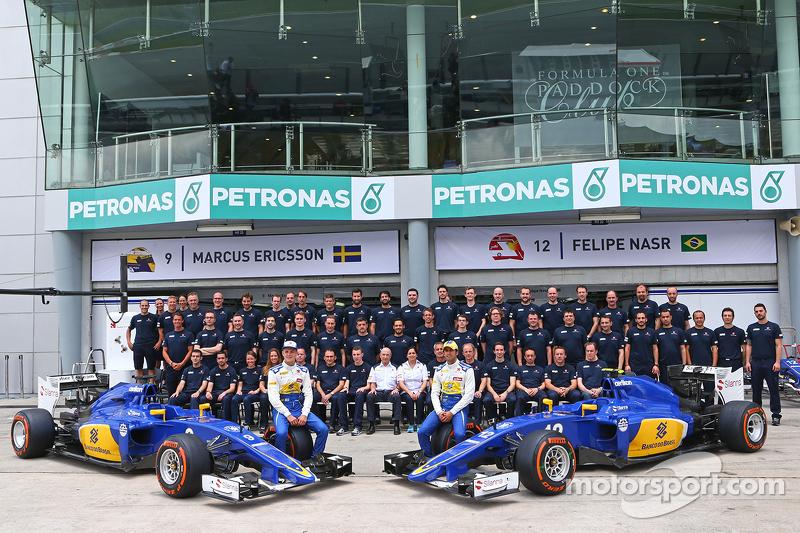 Marcus Ericsson, Sauber C34, mit Teamkollege Felipe Nasr, Sauber F1 Team, bei einem Team-Fotoshooting