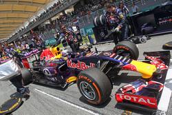 Daniel Ricciardo, Red Bull Racing RB11 en la parrilla