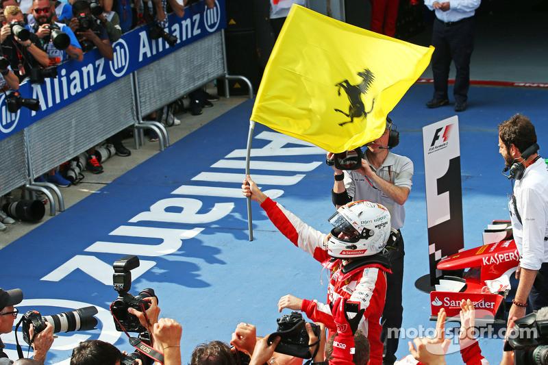 Ganador de la carrrera Sebastian Vettel, Ferrari celebra en parc ferme