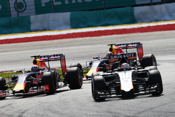 Nico Hulkenberg, Sahara Force India F1 VJM08 leads Daniel Ricciardo, Red Bull Racing RB11 y Daniil Kvyat, Red Bull Racing RB11