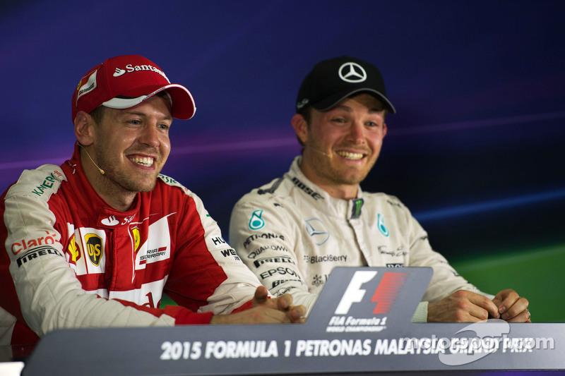 (从左到右)分站冠军,塞巴斯蒂安·维特尔,法拉利,和尼克·罗斯伯格,梅赛德斯AMG车队,在国际汽联新闻发布会上