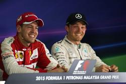 (Von links nach rechts): Rennsieger Sebastian Vettel, Ferrari, und Nico Rosberg, Mercedes AMG F1, in der FIA-Pressekonferenz