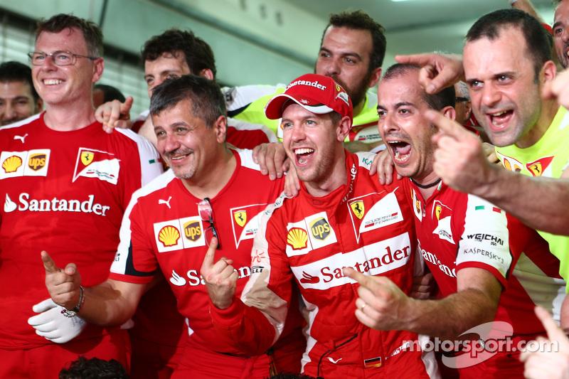 1. Sebastian Vettel, Ferrari, feiert mit dem Team