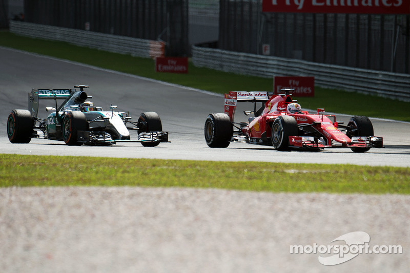 Lewis Hamilton, Mercedes AMG F1 W06 and Sebastian Vettel, Ferrari SF15-T battle for the lead of the race