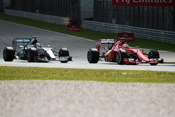Lewis Hamilton, Mercedes AMG F1 W06, en Sebastian Vettel, Ferrari SF15-T, strijden om de leiding in de race