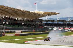 Даниил Квят Red Bull Racing RB11 блокирует колеса на торможении