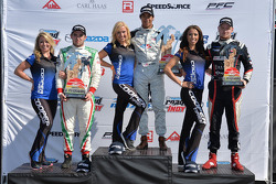 Podio: (Izquierda a Derecha) Jose Gutierrez segundo lugar; Neil Alberico primer lugar y Daniel Burke