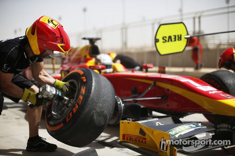 Jordan King, Racing Engineering, hace una parada en boxes