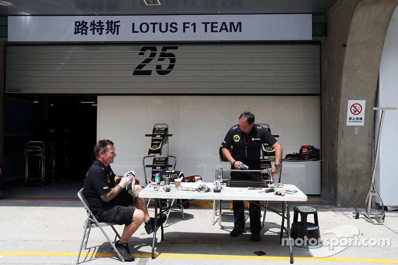 Lotus F1 Team механіки працюють на піт-лейн