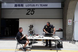 Lotus F1 Team, Mechaniker arbeiten in der Boxengasse