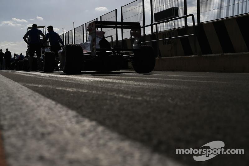 Autos GP3 en el pit lane
