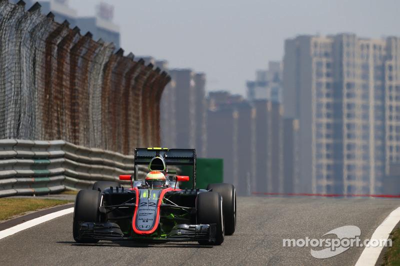 Fernando Alonso, McLaren MP4-30 running flow-vis paint