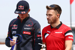 Max Verstappen, Scuderia Toro Rosso, mit Will Stevens, Manor F1 Team