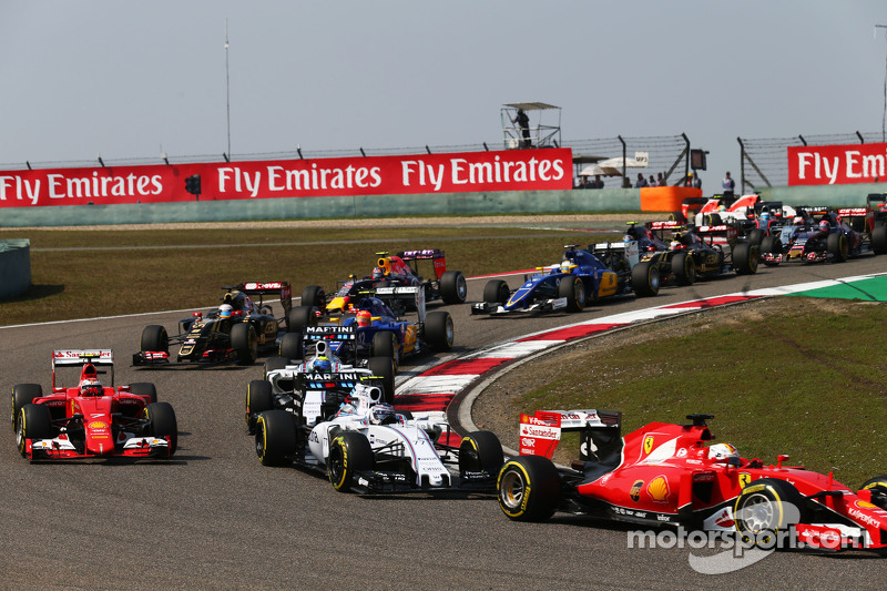 Sebastian Vettel, Ferrari SF15-T memimpin Valtteri Bottas, Williams FW37 di start of the race