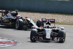 Pastor Maldonado, Lotus F1 E23 lidera a su compañero Romain Grosjean, Lotus F1 E23