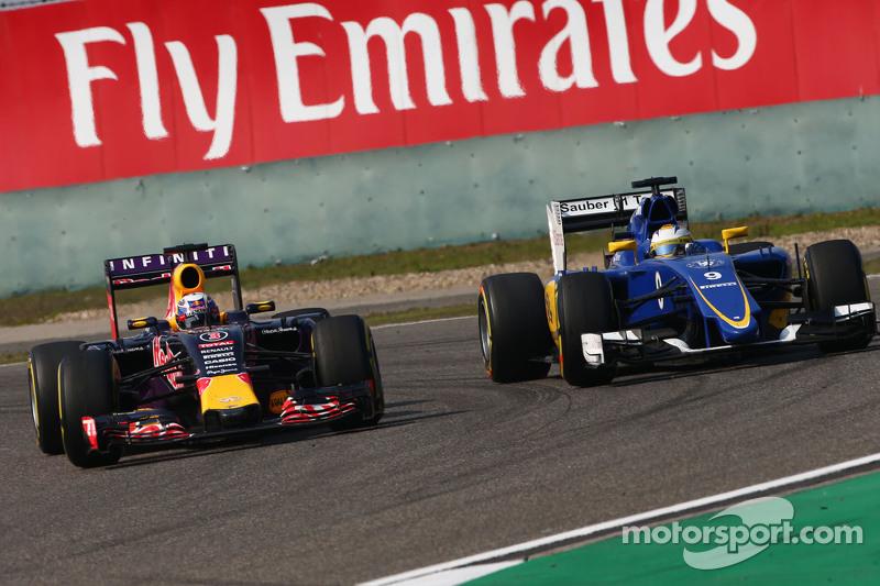 Daniel Ricciardo, Red Bull Racing RB11 dan Marcus Ericsson, Sauber C34 bertarung memperebutkan posisi