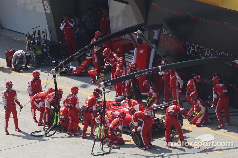 Sebastian Vettel, Ferrari SF15-T, beim Boxenstopp