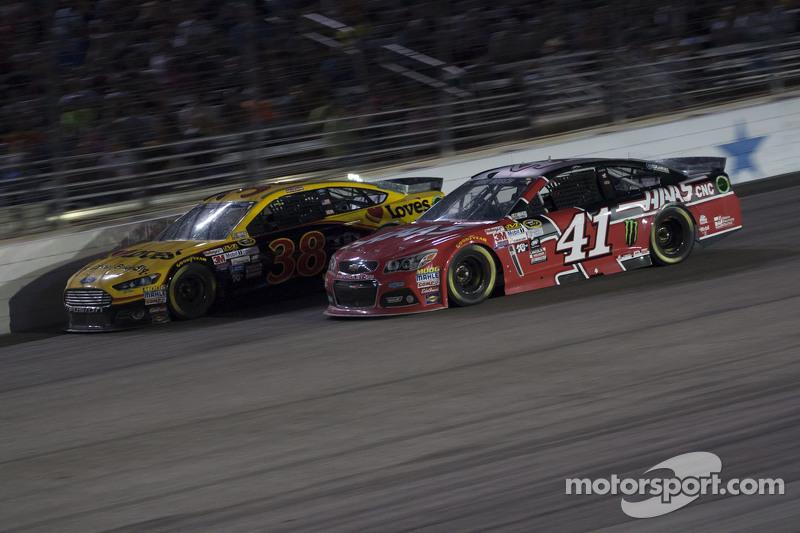 Kurt Busch, Stewart-Haas Racing Chevrolet and David Gilliland, Front Row Motorsports Ford