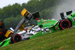 Simon Pagenaud, Team Penske Chevrolet, Ryan Hunter-Reay, Andretti Autosport Honda, dan Sebastien Bourdais, KVSH Racing crash