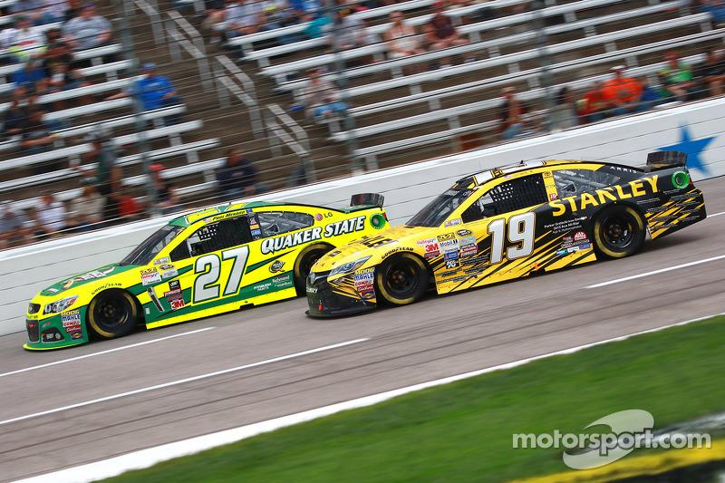 Paul Menard, Richard Childress Racing Chevrolet, dan Carl Edwards, Joe Gibbs Racing Toyota