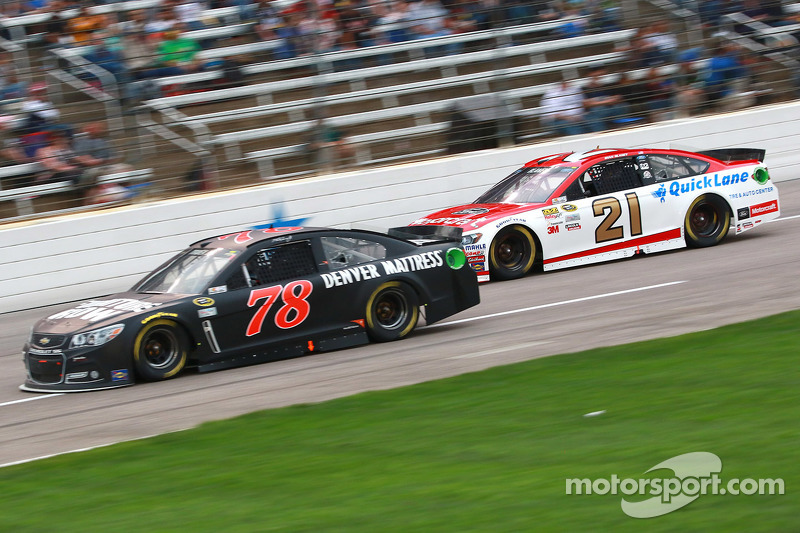 Martin Truex Jr., Furniture Row Racing Chevrolet, dan Ryan Blaney, Woods Brothers Racing Ford