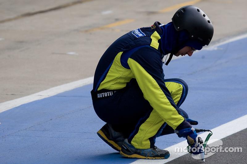 一位米其林工程师检查赛道温度