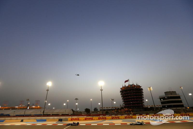 Nico Hulkenberg, Sahara Force India, dan Lewis Hamilton, Mercedes AMG F1 Team