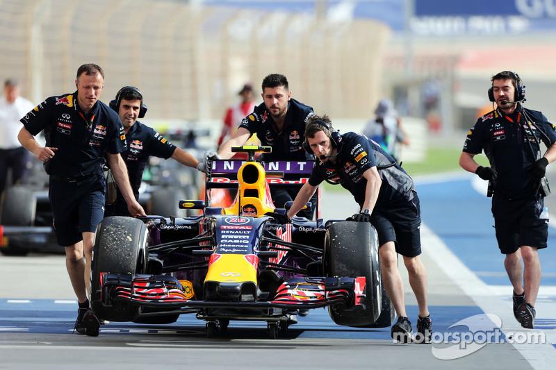 Der Red Bull Racing RB11 von Daniil Kvyat, Red Bull Racing, wird im dritten Training von den Mechanikern durch die Boxengasse geschoben