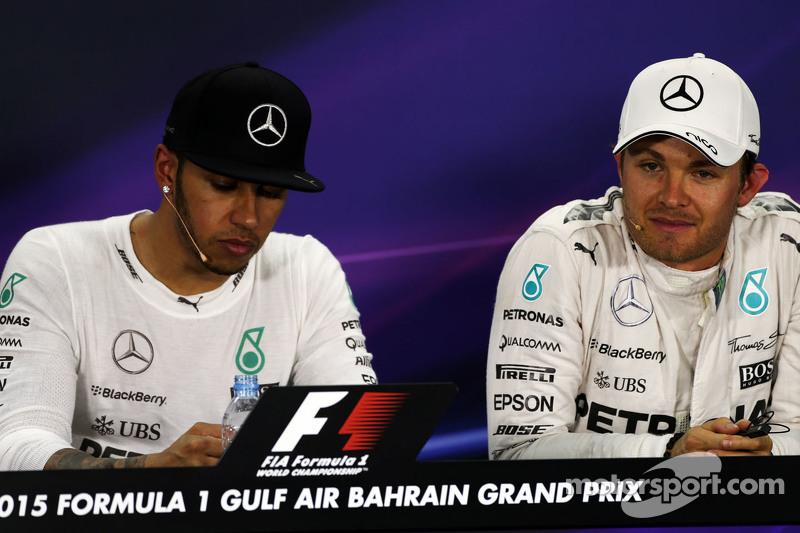 Lewis Hamilton, Mercedes AMG F1, dan rekan setim Nico Rosberg, Mercedes AMG F1 di FIA Press Conference