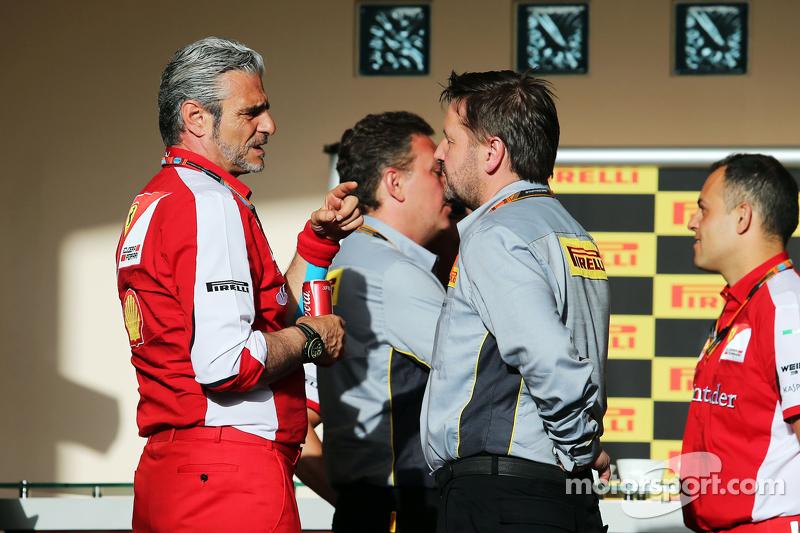 Maurizio Arrivabene, Ferrari-Teamchef, mit Paul Hembery, Pirelli-Sportchef