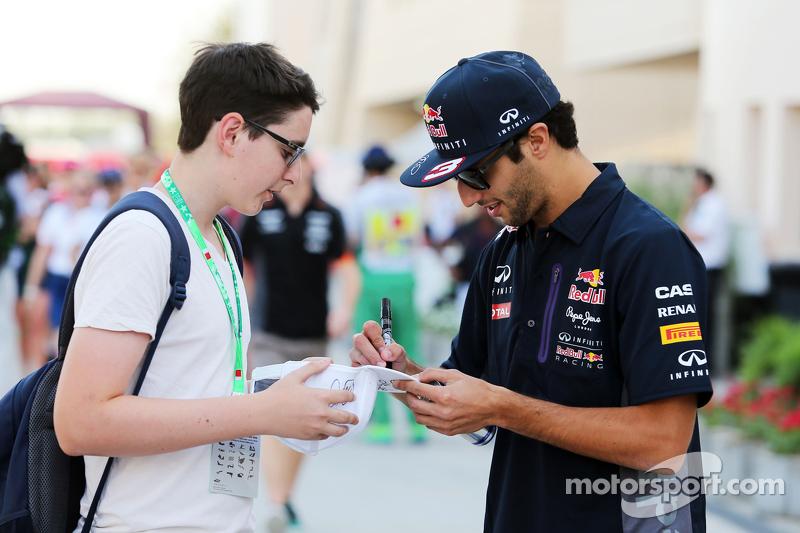 Daniel Ricciardo, Red Bull Racing memberikan tanda tangan untuk fans