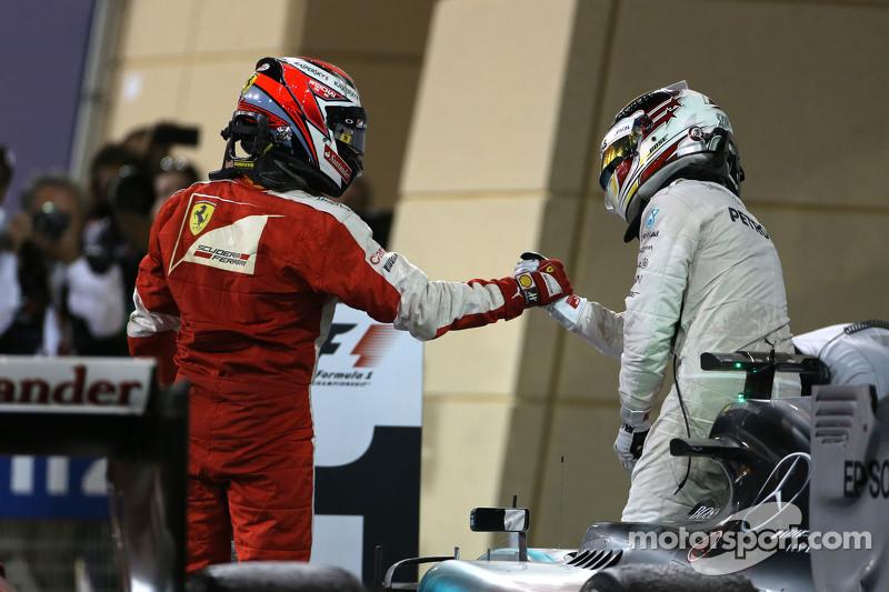 Kimi Raikkonen, Scuderia Ferrari, dan Lewis Hamilton, Mercedes AMG F1 Team