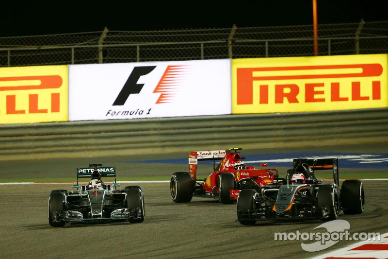 Lewis Hamilton, Mercedes AMG F1 W06, und Kimi Räikkönen, Ferrari SF15-T, im Zweikampf