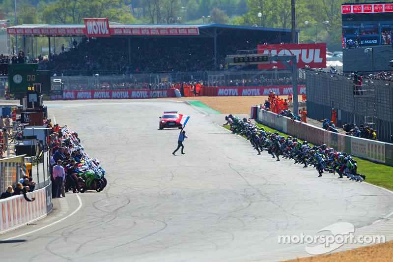 Start: Die Piloten laufen zu ihren Motorrädern