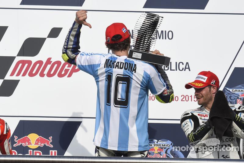 El trofeo y la camiseta del 10 en el GP de Argentina