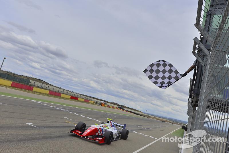 Олівер Роуланд , Fortec Motorsports проїжджає під клітчастий прапор