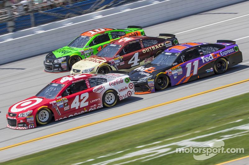 Kyle Larson, Ganassi Racing Chevrolet, Kevin Harvick, Stewart-Haas Racing Chevrolet, Denny Hamlin, J