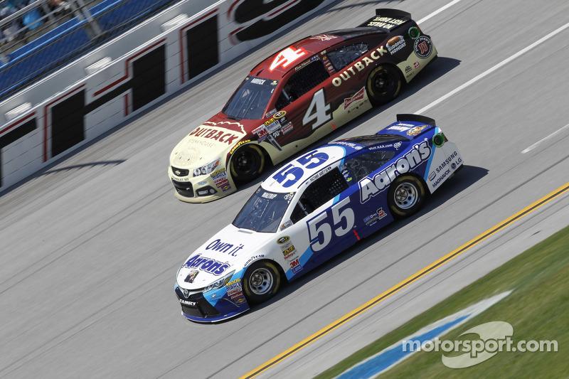 Kevin Harvick, Stewart-Haas Racing, Chevrolet, und Brett Moffitt, Michael Waltrip Racing, Toyota
