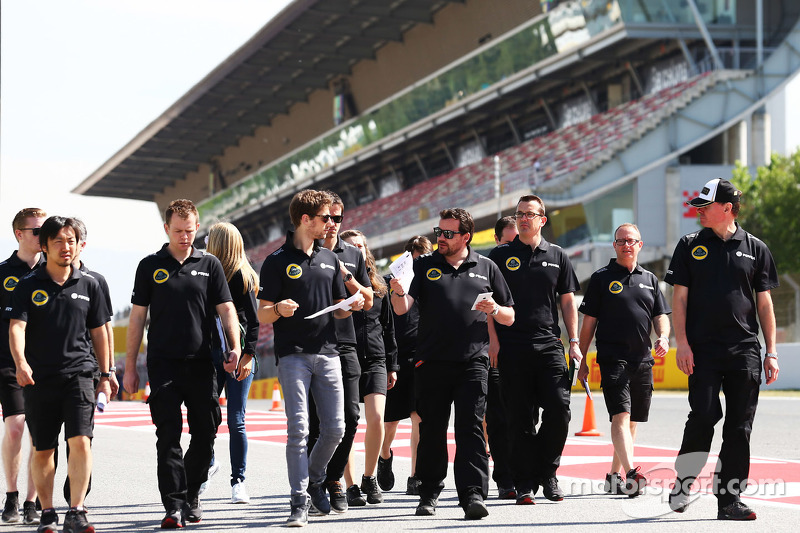 Romain Grosjean, Lotus F1 Team, beim Trackwalk mit dem Team