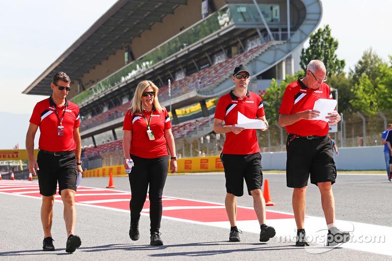 (从左到右)格雷米·罗顿,马诺F1车队首席执行官;劳拉·布茨,马诺F1车队;马克·海涅斯,马诺F1车队车手督导;约翰·布茨,马诺F1车队领队走赛道
