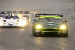 #009 Aston Martin Racing Aston Martin DB9: Pedro Lamy, Stéphane Sarrazin, et #16 Dyson Racing Team Lola B06/10 AER: James Weaver, Butch Leitzinger
