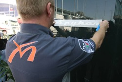 Stickers Spyker apposés sur les camions Spyker MF1 Racing