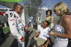 Campeón de la GP2 Series Lewis Hamilton celebra con su madre Linda Hamilton y su hermano Nick