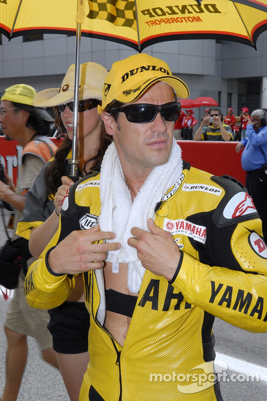 Carlos Checa en la parrilla de salida