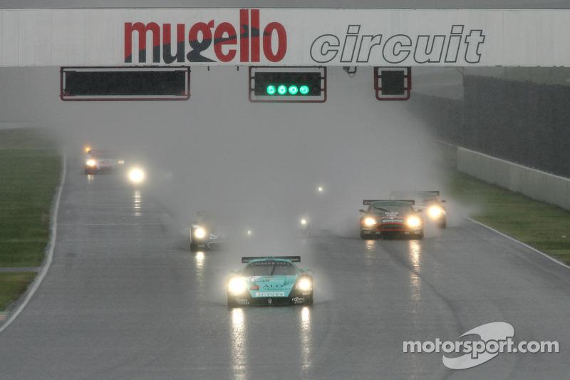 Start: #1 Vitaphone Racing Team Maserati MC 12 GT1: Michael Bartels, Andrea Bertolini takes the lead