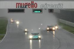 Départ : la Vitaphone Racing Team Maserati MC 12 GT1 #1 : Michael Bartels, Andrea Bertolini prend la tête