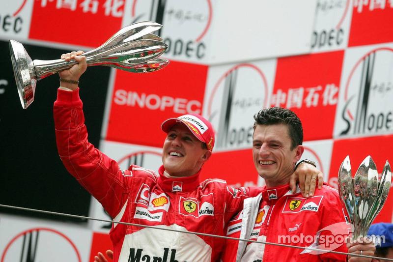 Podio: ganador de la carrera Michael Schumacher celebra con Chris Dyer