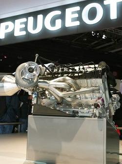 Une maquette à taille réelle de la Peugeot 908 V12 HDi FAP est présentée au salon de l'automobile de Paris