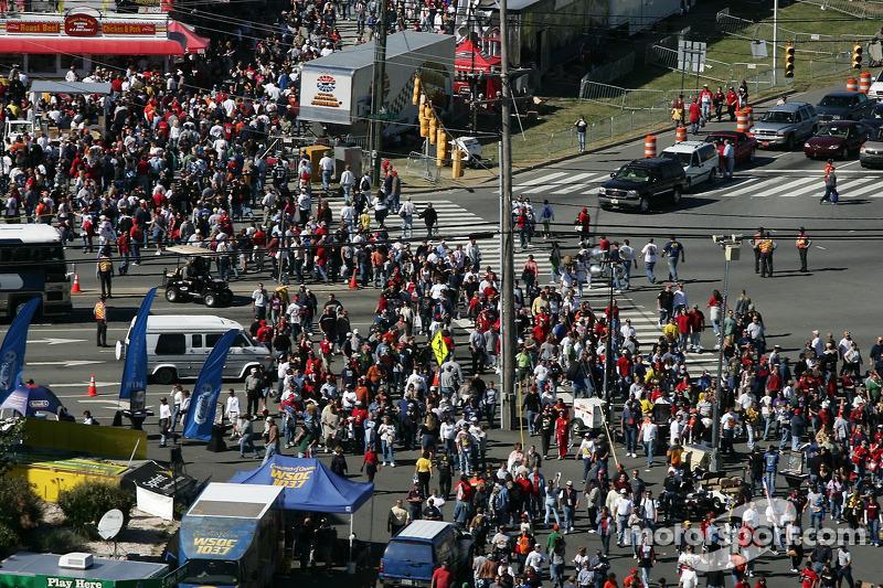 Des fans se dirigent vers la piste